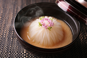 かぶの味噌汁の写真素材 [FYI02957936]