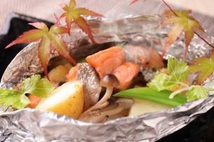 鮭のホイル焼きの写真素材 [FYI02957937]