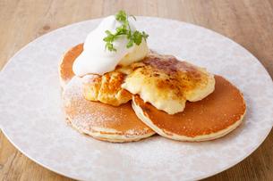 クリームブリュレのパンケーキの写真素材 [FYI02957979]