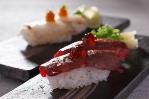 炙り佐賀牛とフグの寿司の写真素材 [FYI02957989]