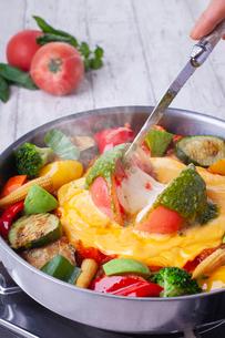 トマトチーズ鍋の写真素材 [FYI02958015]