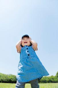 公園で笑う女の子の写真素材 [FYI02958169]