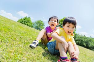 公園で遊ぶ男の子2人の写真素材 [FYI02958176]