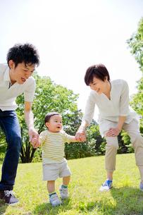 公園で手をつないで歩く親子の写真素材 [FYI02958181]