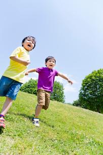 公園を走る男の子2人の写真素材 [FYI02958182]