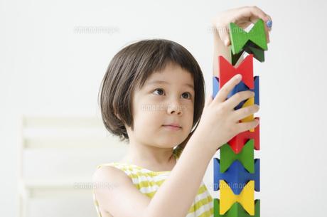 知育おもちゃで真剣に遊ぶ女の子の写真素材 [FYI02958208]
