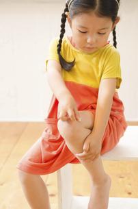 絆創膏を貼っている女の子の写真素材 [FYI02958213]