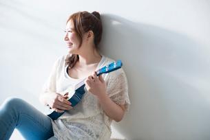 ウクレレを持って笑う女性の写真素材 [FYI02958217]