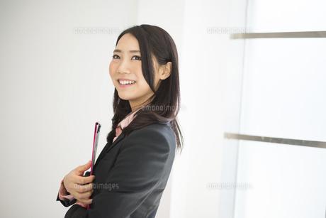 ファイルを抱えている女性の写真素材 [FYI02958240]
