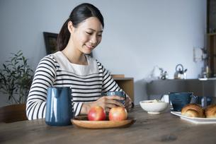 朝食風景と女性の写真素材 [FYI02958261]