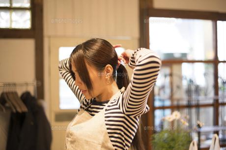 エプロンをつけている女性の写真素材 [FYI02958267]