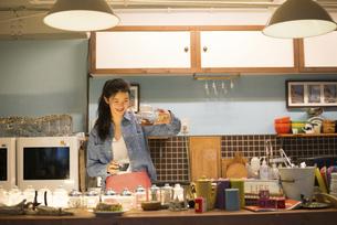 カフェで働いている女性の写真素材 [FYI02958276]