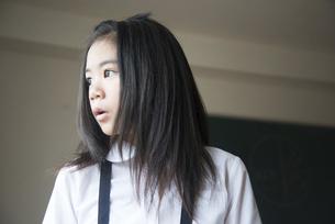 横を見ている小学生の女の子の写真素材 [FYI02958290]