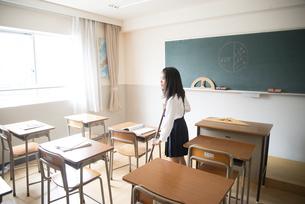 教室ので掃除をしている小学生の女の子の写真素材 [FYI02958291]