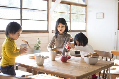 食卓にいる子供たちの写真素材 [FYI02958299]