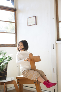 家で遊ぶ女の子の写真素材 [FYI02958304]