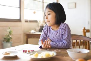 食卓にいる女の子の写真素材 [FYI02958313]