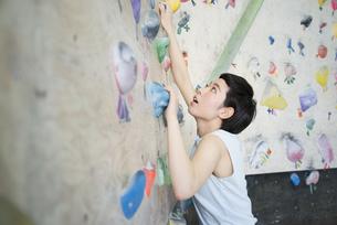ボルダリングをしている女性の写真素材 [FYI02958318]