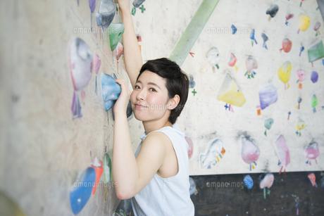 ボルダリングをしている女性の写真素材 [FYI02958321]