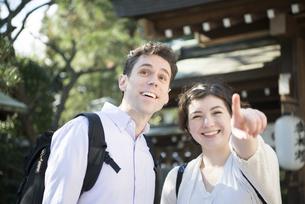 神社にいる笑顔の外国人観光客の写真素材 [FYI02958344]