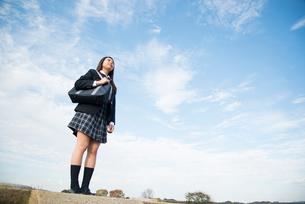 立っている制服姿の女子高生の写真素材 [FYI02958352]