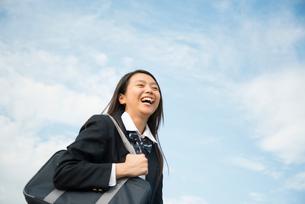笑っている制服姿の女子高生の写真素材 [FYI02958358]