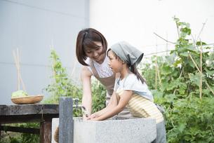 野菜を洗う親子の写真素材 [FYI02958363]