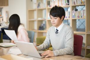 シェアオフィスでパソコンで仕事をしている男性の写真素材 [FYI02958390]