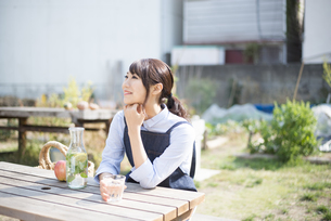 庭でリラックスしている女性の写真素材 [FYI02958395]