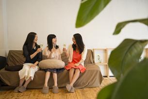 部屋でおしゃべりをしている女性たちの写真素材 [FYI02958415]