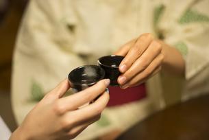 浴衣姿で晩酌をしている女性2人の手元の写真素材 [FYI02958422]