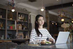 カフェでパソコンを開いてる女性の写真素材 [FYI02958427]