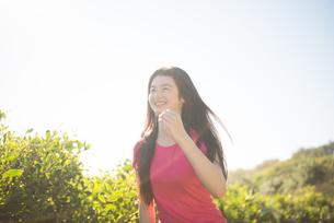笑顔で走っている女性の写真素材 [FYI02958429]