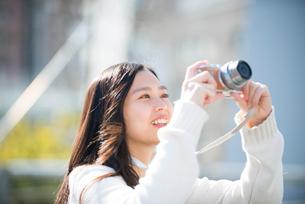 写真を撮っている女性の写真素材 [FYI02958434]