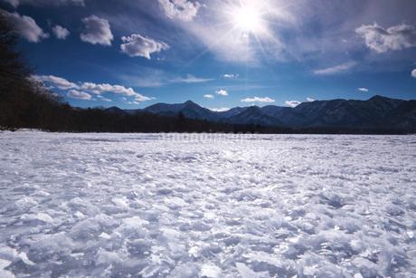 屈斜路湖のフロストフラワーの写真素材 [FYI02958442]