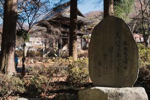景徳院の山門と勝頼夫人の辞世の句を記した石碑の写真素材 [FYI02958463]