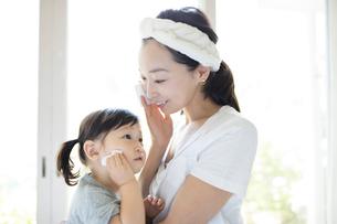 スキンケアをする母親と娘の写真素材 [FYI02958508]