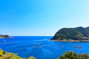 熊野灘と二木島湾の養殖いけすの写真素材 [FYI02958525]