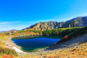 室堂平より秋の立山連峰とミクリガ池の写真素材 [FYI02958541]