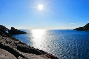井内浦海岸の柱状節理と熊野灘に太陽の写真素材 [FYI02958558]