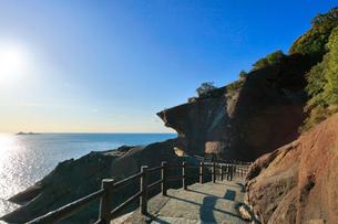 熊野古道 鬼ヶ城と魔見ヶ島に太陽の写真素材 [FYI02958560]
