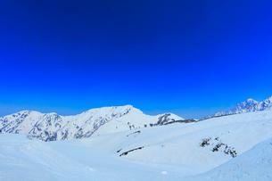 立山連峰 雪の室堂平より奥大日岳と剣岳の写真素材 [FYI02958572]