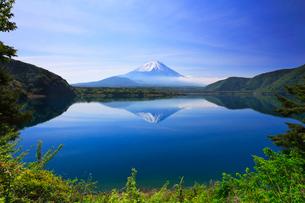 本栖湖に逆さ富士の写真素材 [FYI02958574]