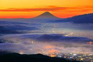 高ボッチ高原より夜明けの富士山と諏訪の街明かりに雲海の写真素材 [FYI02958590]
