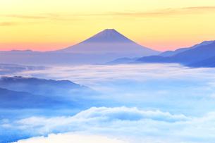 高ボッチ高原より富士山と諏訪湖に雲海の写真素材 [FYI02958595]