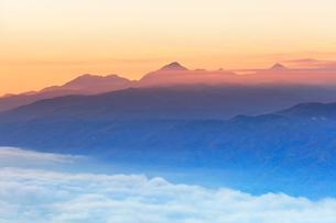 高ボッチ高原より朝焼けの南アルプスの山並みと雲海の写真素材 [FYI02958597]