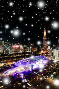 小雪降るオアシス21と名古屋テレビ塔 夜景 の写真素材 [FYI02958606]