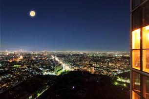 名古屋の街明かりと夜空に月の写真素材 [FYI02958615]