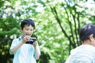 カメラを持つ男の子の写真素材 [FYI02958628]