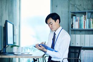 オフィスで仕事をするビジネスマンの写真素材 [FYI02958629]